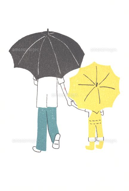 傘をさす親子の後ろ姿20037007524の写真素材イラスト素材アマナ