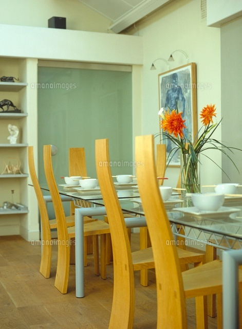Nice Glass Dining Table And Wooden Chairs With Table Laid For Din[20052001264]|  写真素材・ストックフォト・画像・イラスト素材|アマナイメージズ