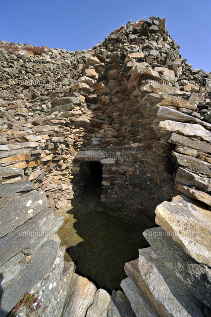 entrance to one of the chambers of the cairn of barnenez barnenez