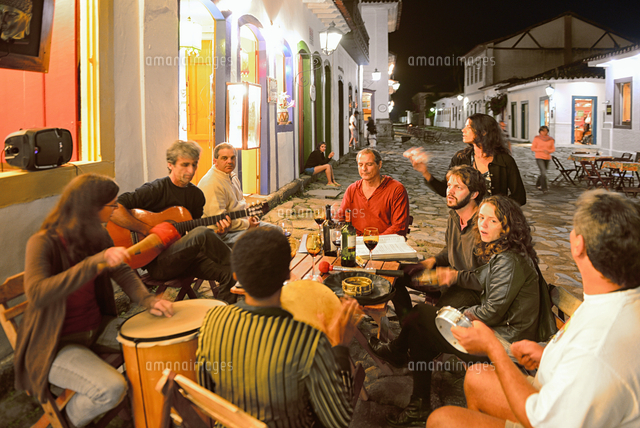 people making music in thec streets paraty province of rio de