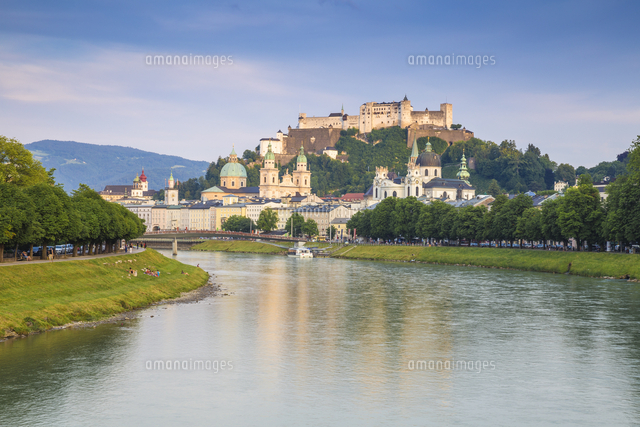 Austria, Salzburg, View of Makartsteg bridge over Salzach River and Hohensalzburg Castle above The O
