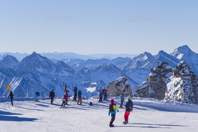 Austria, Tyrol, Zillertal, Hintertux, Hintertuxer Glacier, skiers at summit, 3250 meters, winter