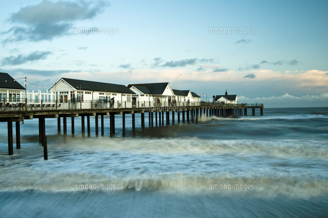 southwold pier and crashing waves 20089011735 写真素材 ストック