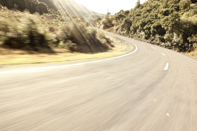 mountain road bend blur 20093000304 写真素材 ストックフォト