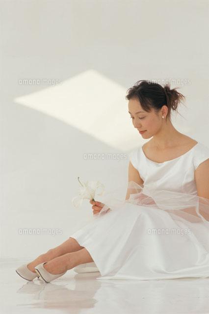 床に座ったウェディングドレス姿の花嫁(c)Katsutoshi Hatsuzawa/orion