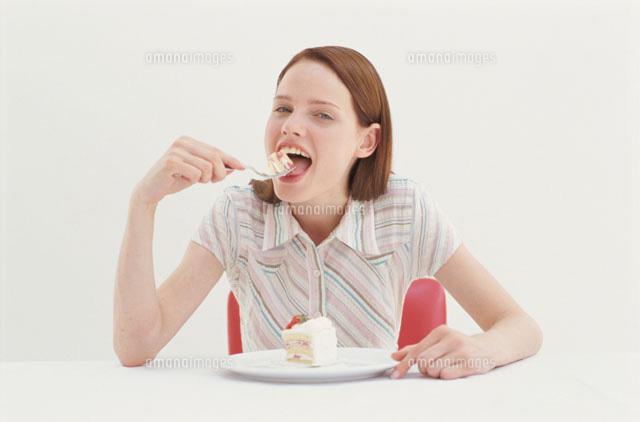 ショートケーキを食べる女性[210...