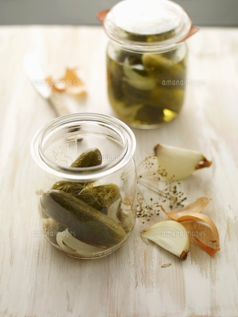 gherkins in a jar with dill and onions 22199067921 写真素材