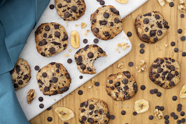 Chocolate Chip Cookies With Bananas Top View の写真素材 イラスト 素材 アマナイメージズ