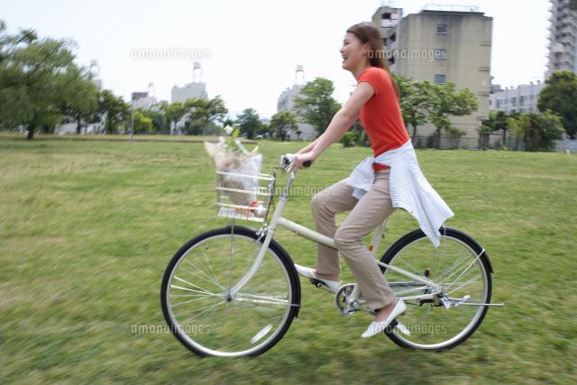 自転車に乗る女性[22321016640]| 写真素材・ストックフォト・画像 ...