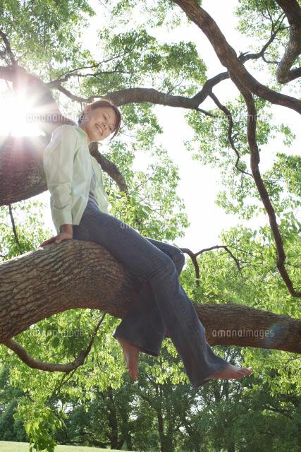 木登りをする女性22321016968の写真素材イラスト素材アマナイメージズ