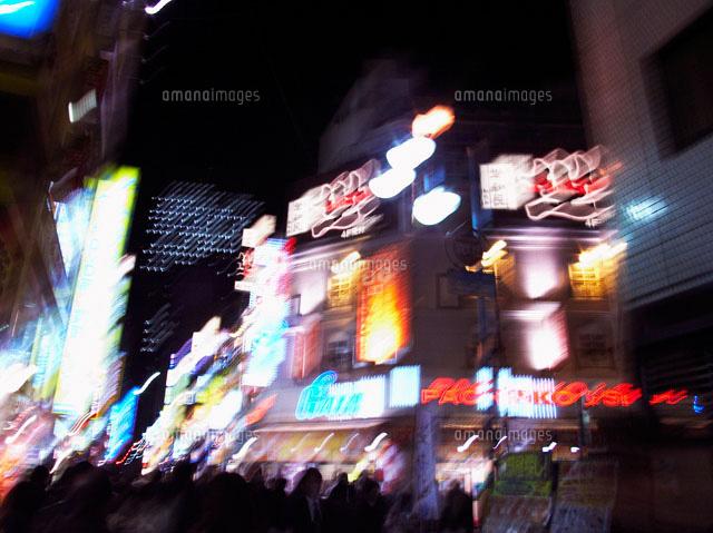 夜のネオン街22321023594の写真素材イラスト素材アマナイメージズ