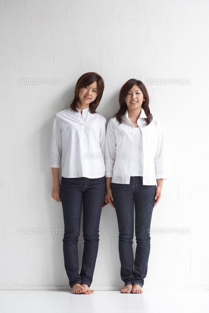 壁際に立っている二人の女性22321023658の写真素材イラスト素材