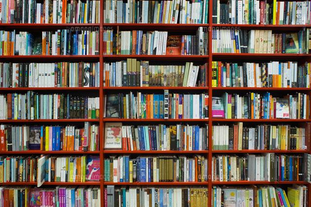 ƴ�書の並ぶ本棚 22323001425 Ͻ� ņ�真素材・ストックフォト・画像・イラスト素材|アマナイメージズ