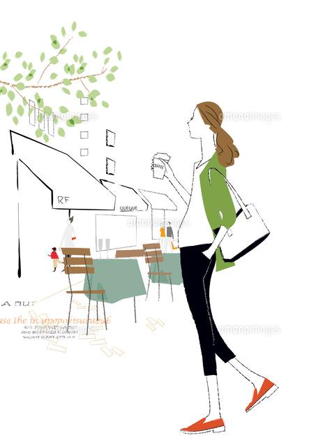おしゃれな街をコーヒーを飲みながら散策する女性22342000235の写真