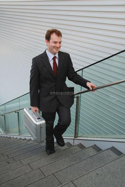 階段を上るビジネスマン[2236100...