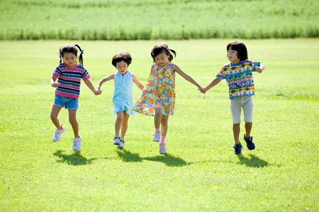 芝生で遊ぶ子供たち