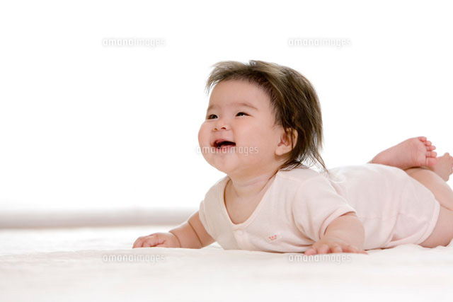 腹這いになって笑う赤ちゃん[229...
