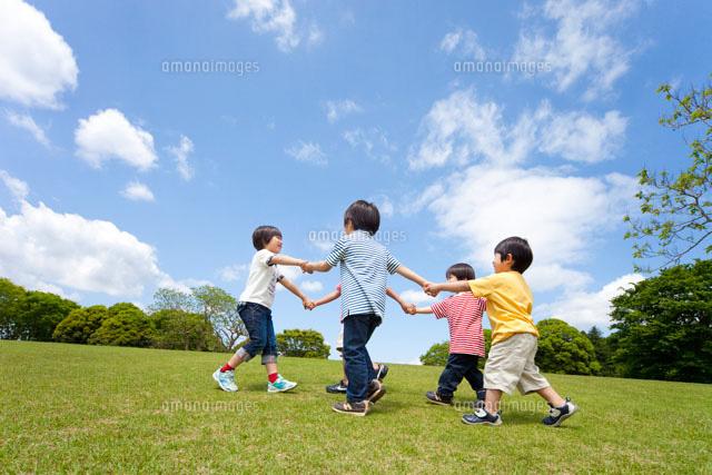 草原で輪になって遊ぶ子ども達[22946002487]の写真素材・イラスト素材 ...