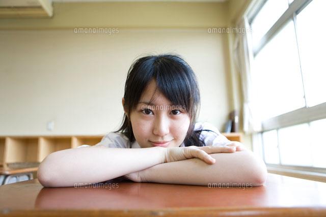 教室で机の上に伏せた女子高生22964000387の写真素材イラスト素材