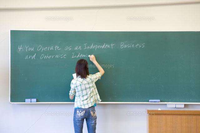 黒板に文字を書く女子学生22964000622の写真素材イラスト素材