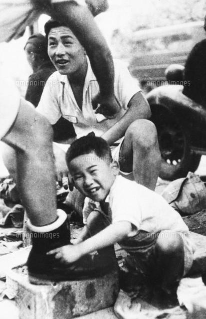 戦災孤児たくましく 靴磨きの少...