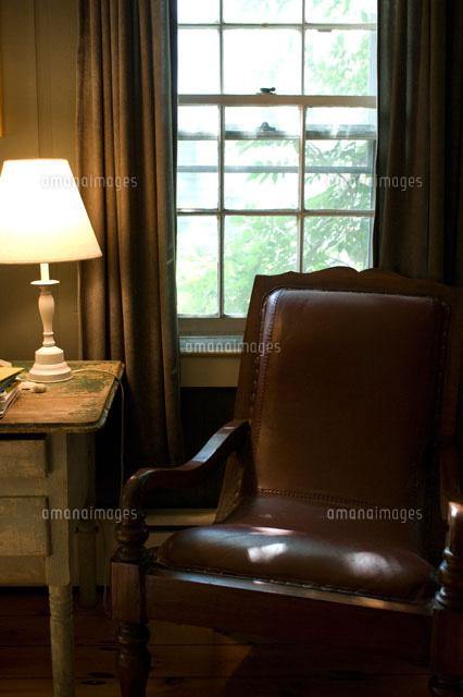 窓際の椅子とランプ24007000835の写真素材イラスト素材アマナ