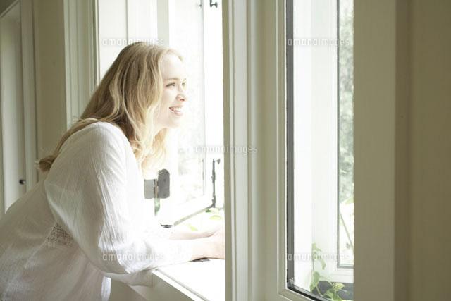 窓際で外を眺める女性24016000063aの写真素材イラスト素材アマナ