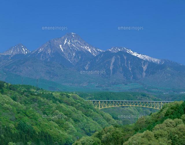 春の八ヶ岳連峰と高原大橋 須玉25073002435の写真素材イラスト素材