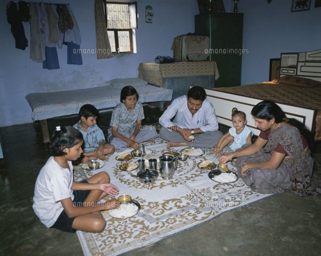 インド人家族の食事風景25083004450の写真素材イラスト素材アマナ