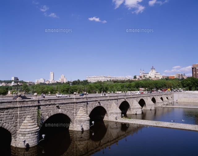 セゴビア橋とマンサナーレス川[2...