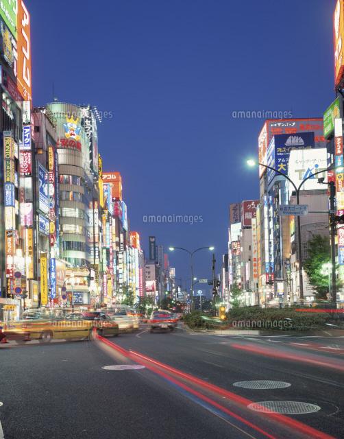 靖国通りと歌舞伎町ネオン街夕景25172007111の写真素材イラスト素材
