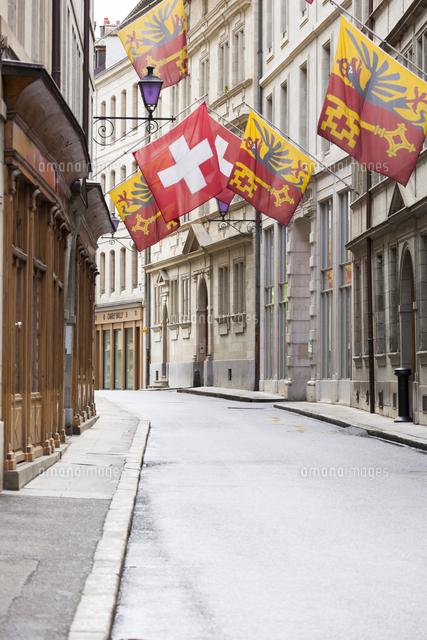 旧市街の市庁舎通りのスイス国旗...
