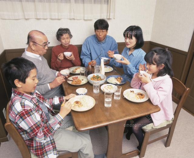三世代揃っての家族の食事風景25420000181の写真素材イラスト素材