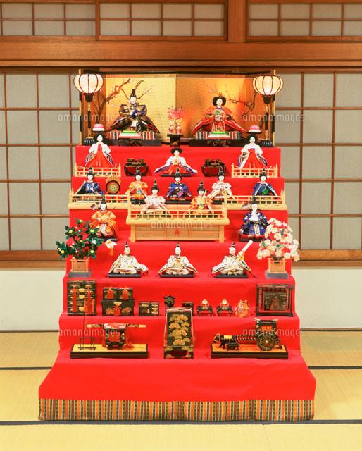和室に飾られた雛壇[25420007095...