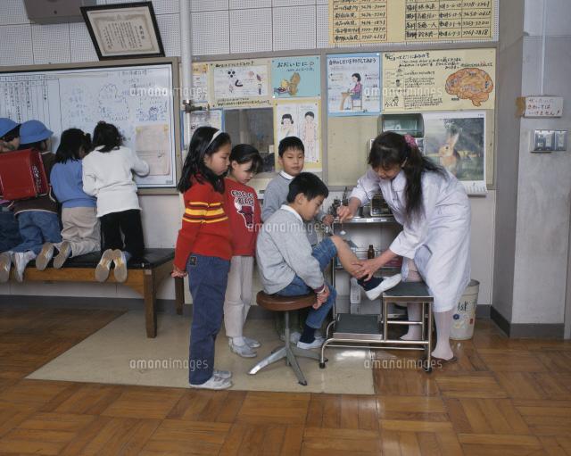 小学校の保健室 けがをした子供25617006062の写真素材イラスト素材