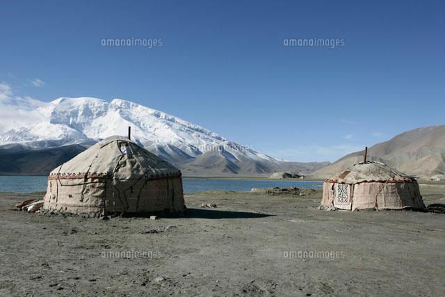 カラクリ湖とキルギス族のパオ[2...