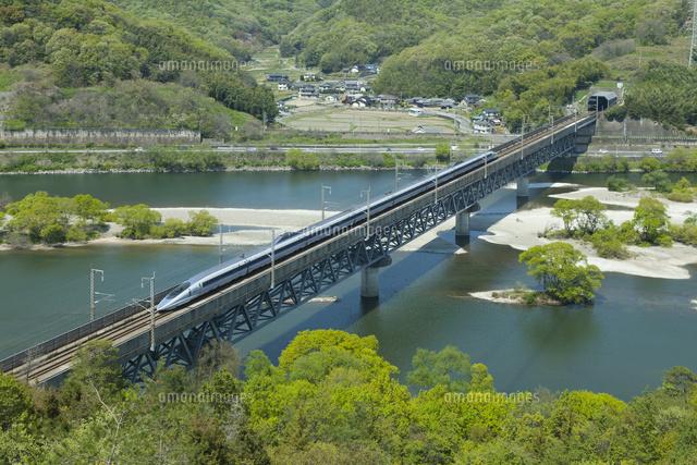 山陽新幹線500系と新緑の高梁川[...