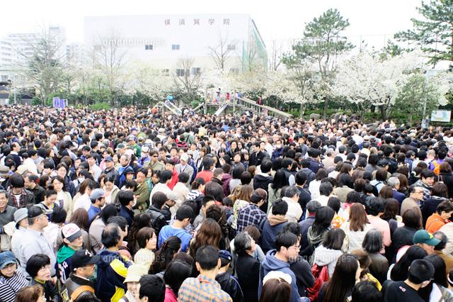 横須賀基地開放日の入り口の人混み25689001044の写真素材イラスト