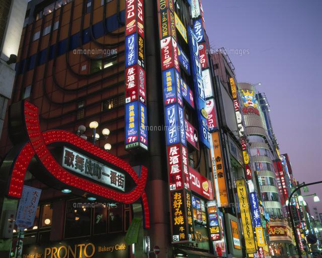 歌舞伎町のネオン街25867018488の写真素材イラスト素材アマナ