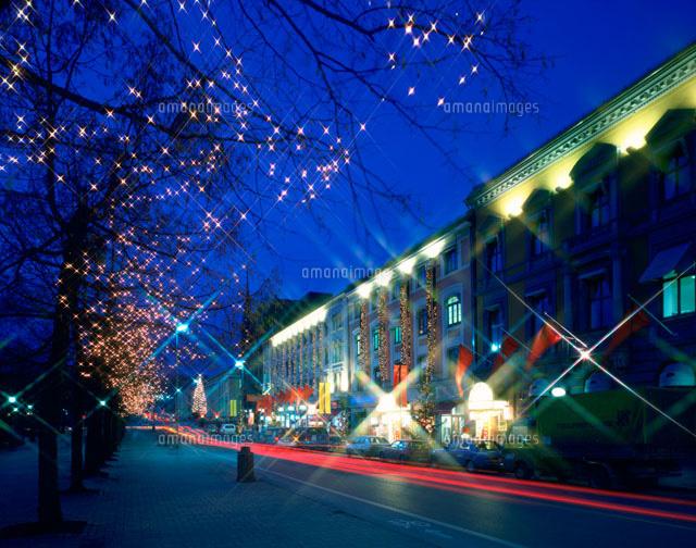 クリスマス飾りの街並夜景25882001703の写真素材イラスト素材