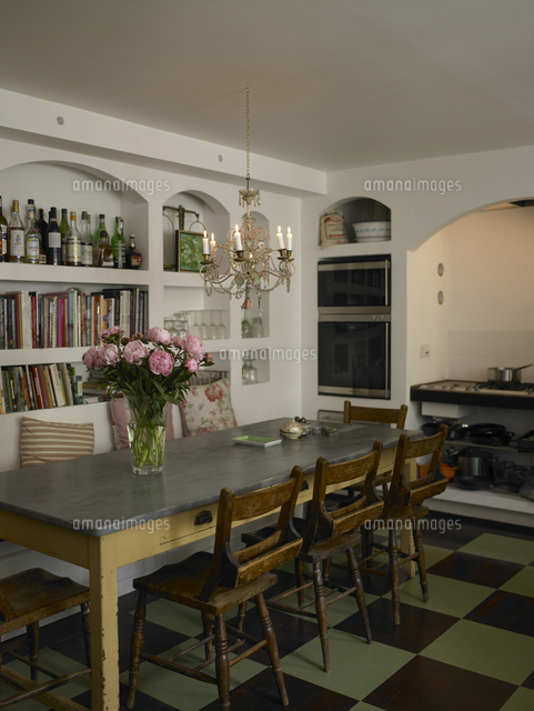 Kitchen/ Dining Area With Bookshelves And Flowers On The Table In  Residential Home, Denmark[25937007849]の写真素材・イラスト素材|アマナイメージズ
