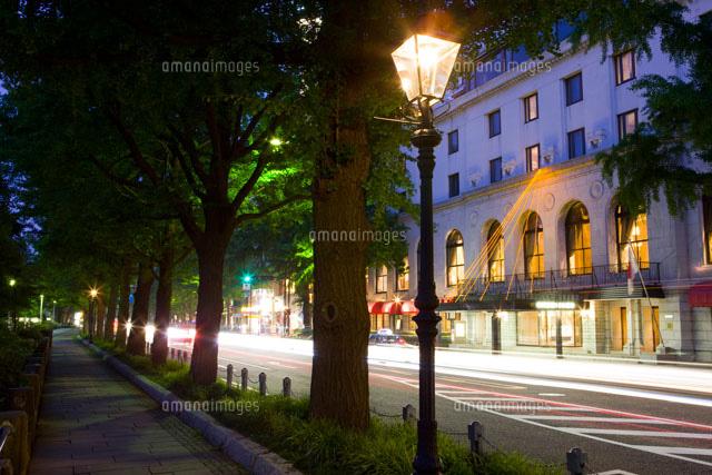 山下公園通りのガス燈とホテルニ...