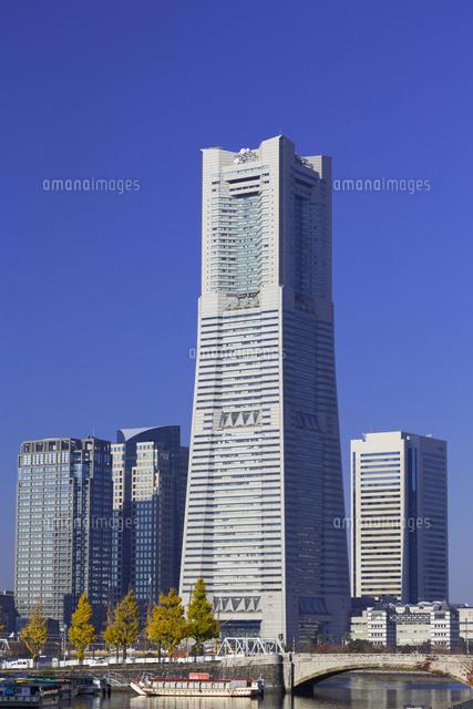 秋の横浜ランドマークタワー26033003486の写真素材イラスト素材