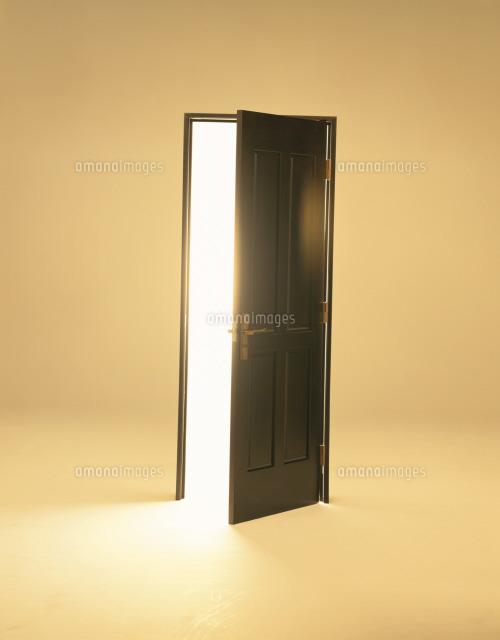 茶色のドアと光26092012031の写真素材イラスト素材アマナイメージズ