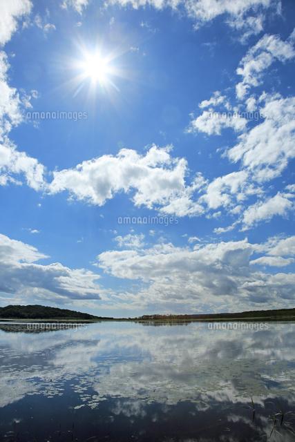 雲を映しだす釧路湿原のシラルト...