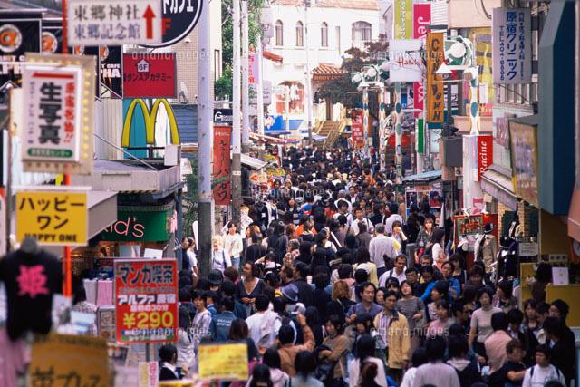 原宿の竹下通りの人混み26115007176の写真素材イラスト素材アマナ