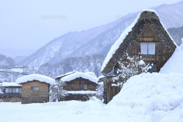 屋根の形と積雪26121033860の写真素材イラスト素材アマナイメージズ