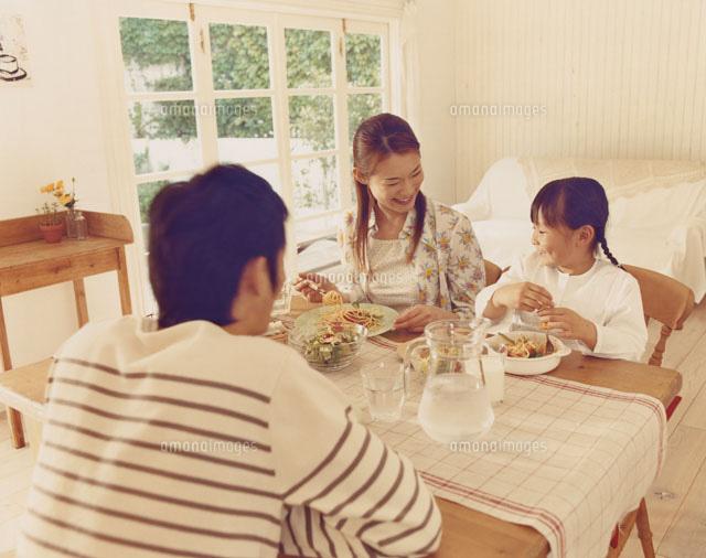 家族の食事風景30002000115の写真素材イラスト素材アマナイメージズ