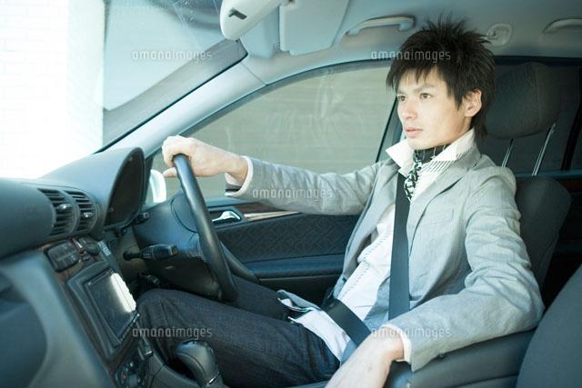車を運転する男性[30006003249]...