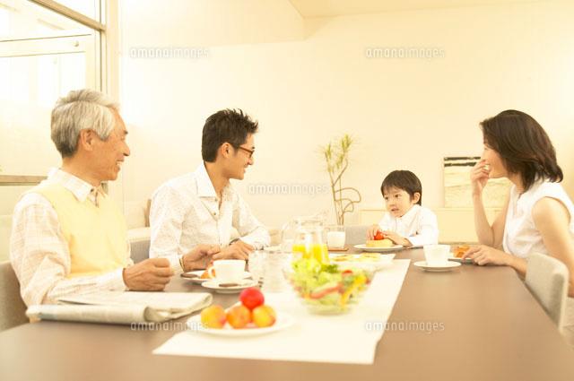 家族の食事風景イメージ30008000005の写真素材イラスト素材アマナ